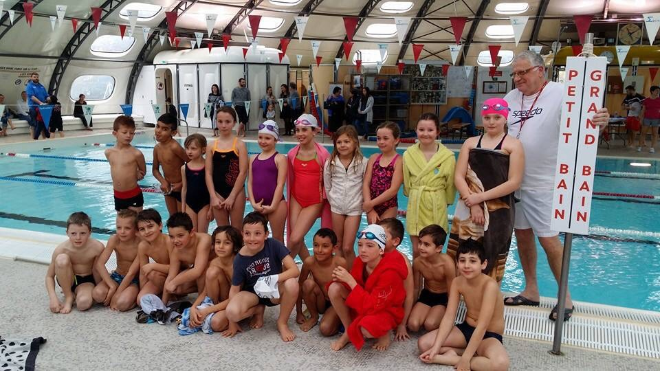 Les jeunes nageurs du club de natation de sassenage encadres par jean paul frachet